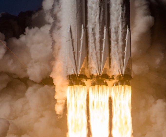 Falcon 9 Heavy lift off